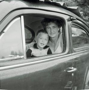 Mamma och son i bil